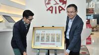 Chief Marketing Officer PT AIA FINANCIAL Lim Chet Ming (kanan) didampingi perancang busana Sebastian Gunawan saat meluncurkan angpao spesial Tahun Baru Imlek 2019 di AIA Central, Jakarta, Kamis (24/1). (Merdeka.com/Iqbal Nugroho)
