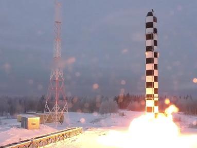 Rudal balistik antarbenua Sarmat Rusia terbaru saat uji coba dari lokasi yang tidak diketahui di Rusia. Presiden Vladimir Putin mengumumkan bahwa Rusia telah mengembangkan serangkaian senjata nuklir terbaru. (RU-RTR Russian Television via AP)