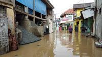 Banjir di Kelurahan Cililitan, Jakarta Timur, Jumat (26/4/2019). (Liputan6.com/Ady Anugrahadi)