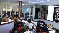 Rapat Musrenbang Rencana Kerja Pembangunan Daerah (RKPD) Tahun 2021 di Pemkot Tangerang digelar secara virtual dan dipimpin langsung Wali Kota Arief R Wismansyah, Senin (6/4/2020). (Liputan6.com/Pramita Tristiawati)