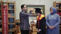 Gubernur DKI Jakarta Anies mengikuti proses wisuda anaknya. (Foto: Instagram Anies Baswedan).