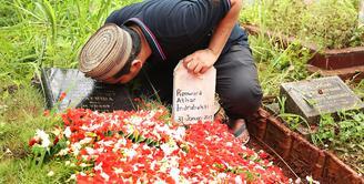 Anak ke-3 Indra Bekti dan Aldila Jelita, Kenward Athar Indrabekti kini sudah kembali ke hadapan Sang Pencipta. Jenazahnya pun kini sudah dikebumikan tepat di sebelah makam kedua orang tua Bekti. (Bambang E. Ros/Bintang.com)