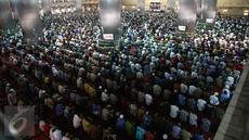 Umat muslim melaksanakan salat Jumat terakhir pada bulan Ramadan 1437 H di Masjid Istiqlal, Jakarta, Jumat (7/1). Bulan Ramadan merupakan momentum bagi umat Islam untuk memperbanyak ibadah. (Liputan6.com/Faizal Fanani)