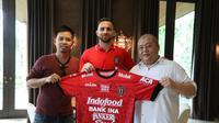 Ilija Spasojevi (tengah), resmi bergabung dengan Bali United.