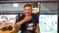 Artis Tanah Air, Gading Marten, menantang Bambang Pamungkas untuk berbaju AC Milan jika Inter Milan kalah pada Derbi Milan. (Dok. YouTube/Persija Jakarta)