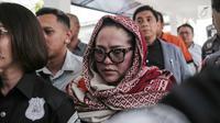 Komedian Tri Retno Prayudati alias Nunung tertunduk sebelum rilis kasus narkoba di Ditnarkoba Polda Metro Jaya, Jakarta, Senin (22/7/2019). Nunung ditangkap bersama suaminya, July Jan Sambiran, usai bertransaksi narkoba dengan tersangka TB di kediaman mereka. (Liputan6.com/Faizal Fanani)