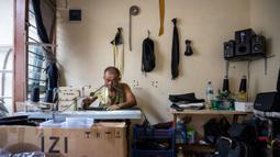 Taylor Amin Robert menjahit tas sepeda di rumahnya, yang merangkap sebagai bengkel kerjanya, di Jakarta (18/2/2020). Taylor yang otodidak memulai karirnya 30 tahun lalu, sekarang berspesialisasi dalam tas sepeda, dengan mayoritas klien mengendarai sepeda lipat di jalan-jalan kota. (AFP/Bay Ismoyo)