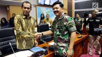 Panglima TNI Jenderal Hadi Tjahjanto (kanan) bersalaman dengan Ketua Komisi I DPR, Abdul Kharis Almasyhari usai mengikuti rapat di Senayan, Jakarta, Kamis (7/6). (Liputan6.com/JohanTallo)
