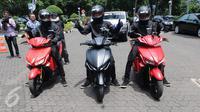 Pengendara dari ITS menggunakan motor listrik GESITS saat seremoni pelepasan 'GESITS Tour de Jawa Bali' di Jakarta, Senin (7/11). Touring ini akan menempuh jarak 1.200 km, mulai dari Jakarta sampai Bali dari 7-12 November 2016. (Liputan6.com/Helmi Afandi)