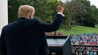 Presiden Donald Trump sebelum berbicara dari Blue Room Balcony Gedung Putih kepada kerumunan pendukung pada 10 Okt 2020. (AP Photo / Alex Brandon)