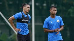 Pemain Timnas Indonesia, Hanif Sjahbandi dan Bagas Kaffa, mendengarkan arahan pelatih saat sesi latihan di Lapangan D Senayan, Jakarta, Rabu, (10/2/2021). Latihan tersebut untuk persiapan SEA Games 2021 di Vietnam. (Bola.com/M Iqbal Ichsan)