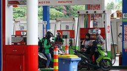 Petugas mengisi bahan bakar minyak (BBM) ke kendaraan di SPBU Abdul Muis, Jakarta, Jumat (2/2). Kenaikan harga minyak dunia akan mendorong kenaikan lainnya, seperti BBM. (Liputan6.com/Angga Yuniar)