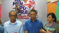 Sesmenpora Gatot Dewa Broto (kanan) setelah bertemu Plt Ketum PSSI Iwan Budianto (tengah), dan Sekjen PSSI Ratu Tisha Destria. (dok Kemenpora)