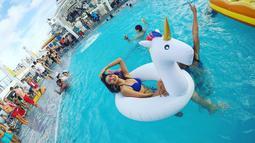 Melalui akun Instagram pribainya, Maria Selena kerap mengunggah aktivitas sehari-harinya. Pada salah satu postingan foto, ia terlihat bermain-main di dalam kolam renang lengkap dengan pelampung berbentuk unicorn. (Foto: instagram.com/mariaselena_)