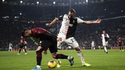Striker Juventus, Gonzalo Higuain, berebut bola dengan bek AC Milan, Theo Hernandez, pada laga Serie A Italia di Stadion Allianz, Turin, Minggu (10/11). Juventus menang 1-0 atas Milan. (AFP/Marco Bertorello)