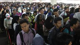 Ribuan pelamar antre saat akan memasuki ruangan dalam bursa kerja di Jakarta, Rabu (24/1). (Liputan6.com/Angga Yuniar)