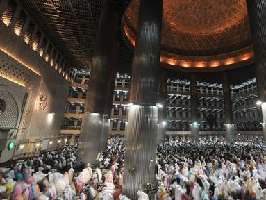 Jemaah saat menunaikan salat tarawih malam pertama Ramadan 1439 H di Masjid Istiqlal, Jakarta, Rabu (16/5). Tarawih malam pertama Ramadan 1439 H di Masjid Istiqlal dihadiri oleh ribuan jemaah. (Merdeka.com/Iqbal Nugroho)