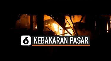 Pasar Pinang di Kabupaten Labuhanbatu Sumatera Utara Ludes terbakar. Puluhan lapak dan kios, hangus terbakar. Api menyambar 4 blok bangunan pasar. Para pedagang berusaha menyelamatkan barang-barang dagangan mereka.
