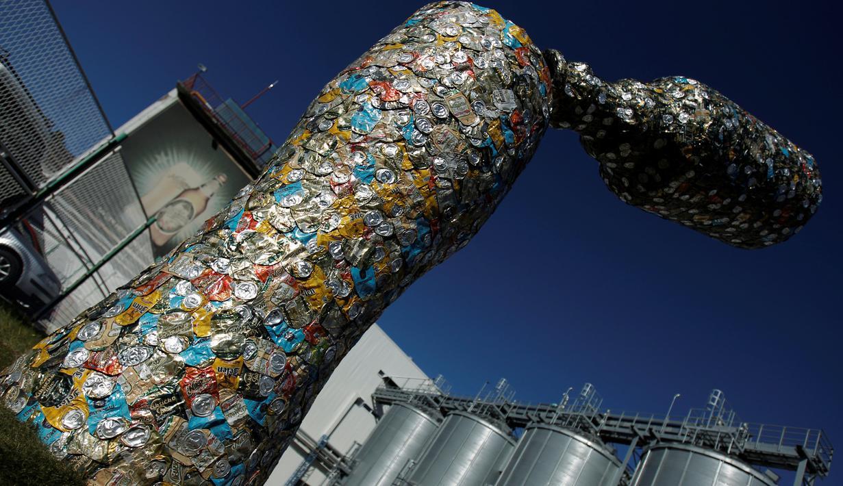 Patung 'Bottle and glass' setinggi lima meter dipajang di Niksic, Montenegro, Senin (31/10). Patung karya seniman Nikola Simanic dan Marko Petrovic Njegos itu terbuat dari ribuan kaleng bir. (REUTERS / Stevo Vasiljevic)