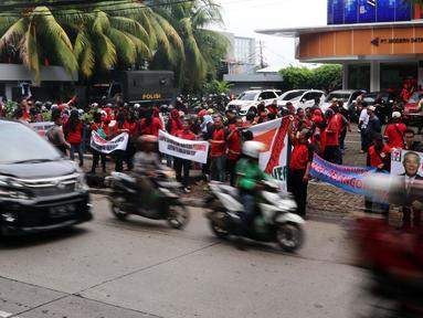 Karyawan Eks 7-Eleven melakukan Demo di depan Kantor Pengusaha Sungkono Honoris, Gedung Ricoh, Jakarta, Rabu (9/1). Mereka menuntut pembayaran uang pesangon yang sampai saat ini belum mereka terima semenjak 7-Eleven tutup. (Liputan6.com/Johan Tallo)