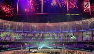 Kembang api menghiasi di atas Stadion Nasional Bukit Jalil saat Upacara Pembukaan Sea Games Asia Tenggara ke-29 di Kuala Lumpur, Malaysia, Sabtu, (19/08/2017). (Liputan6.com/Faizal Fanani)