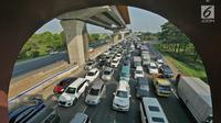 Kendaraan melintas di KM 28 Tol Jakarta - Cikampek, Jawa Barat, Kamis (30/5/2019). Contraflow di Jalan Tol Jakarta-Cikampek mulai berlaku, arus mudik di tol tersebut mengalami kepadatan pada H-6 lebaran dari KM 16. (Liputan6.com/Herman Zakharia)