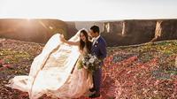 Sepasang pecinta olahraga ekstrem mengikat janji pernikahan di atas sebuah ngarai. (Doc: The Hearnes Photography)
