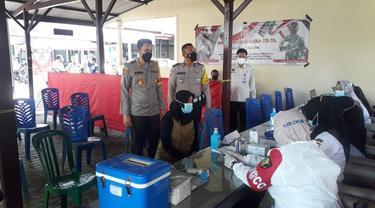 Vaksinasi di Samsat Sumenep. (Dian Kurniawan/Liputan6.com)