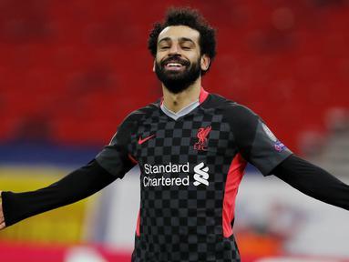 Striker Liverpool, Mohamed Salah, melakukan selebrasi usai mencetak gol ke gawang RB Leipzig pada laga Liga Champions di Stadion Puskas, Rabu (17/2/2021). Liverpool menang dengan skor 2-0. (AP/Laszlo Balogh)