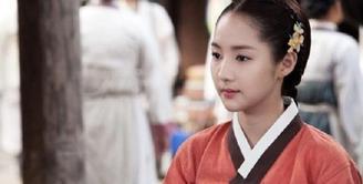 Park Min Young terlihat begitu menawan saat mengenakan hanbok. Hal tersebut terlihat saat aktris kelahiran 4 Maret 1986 ini bermain dalam drama Sungkyunkwan Scandal. (Foto: soompi.com)