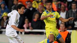 Nuri Sahin - Penampilan Nuri Sahin bersama Borussia Dortmund mengundang kekaguman klub elite eropa dan dinobatkannya sebagai pemain terbaik Jerman pada 2011. Namun harapan tersebut sirna saat bergabung dengan Real Madrid, Sahin kalah bersaing dan membuatnya dari skuat utama Madrid. (AFP/Jack Guez)