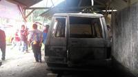Sabtu, 27 April 2019, warga di dua desa di Jember panik, orang tak dikenal membakar mobil dan gedung sekolah Paud. (Liputan6.com/ Dian Kurniawan)