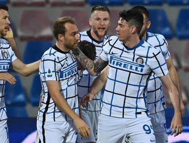 FOTO: Satu Genggaman Inter Milan di Trofi Liga Italia usai Bungkam Crotone