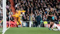 Pemain Manchester City Gabriel Jesus (kanan) mencetak gol ke gawang Real Madrid pada leg pertama babak 16 Liga Champions di Stadion Santiago Bernabeu, Madrid, Spanyol, Rabu (26/2/2020). Manchester City menang 2-1. (AP Photo/Bernat Armangue)