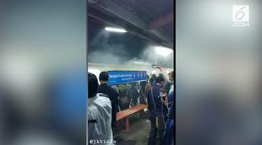 KRL jurusan Jakarta Kota menuju Bogor mengeluarkan asap saat berada di Stasiun Depok Baru, kejadian ini membuat penumpang berhamburan keluar.