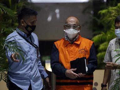 Pemilik PT AMS, Kiagus Emil Fahmy Cornain (tengah) digiring usai rilis penetapan dan penahanan tersangka di Gedung KPK, Jakarta, Kamis (20/5/2021). Kiagus Emil ditahan terkait dugaan korupsi pembayaran kegiatan fiktif agen PT Asuransi Jasa Indonesia tahun 2010-2014 (Liputan6.com/Helmi Fithriansyah)