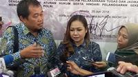Manajer Persibara Banjarnegara, Lasmi Indaryani menyambangi Gedung Mapolda Metro Jaya. (Merdeka.com/Ronald)