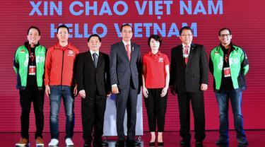 Presiden Joko Widodo (tengah) menghadiri peluncuran aplikasi Go-Viet digelar di Hotel Melia, Hanoi, Rabu (12/9). Goviet merupakan produk aplikasi penyedia jasa transportasi di Vietnam yang berkolaborasi dengan Gojek. (Liputan6.com/HO/Biro Pers Setpres)