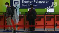 Calon penumpang Kereta Api Jarak Jauh mencetak tiket di Stasiun Gambir, Jakarta, Rabu (16/12/2020). 47 KA jarak jauh yang dioperasikan selama masa Nataru 2020/2021 terdiri dari, 22 KA dari Stasiun Gambir, 23 dari Stasiun Pasar Senen, dan dua dari Jakarta Kota. (Liputan6.com/Helmi Fithriansyah)