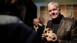 """Ahli paleoantropologi, Profesor Lee Rogers Berger memegang replika tengkorak Homo Naledi Hominin, Afsel, Selasa (9/5). Dideskripsikan sebagai """"spesies baru"""" yang berkerabat dekat dengan manusia. (AFP/GULSHAN KHAN)"""