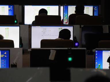 Sejumlah siswa mengikuti ujian di ruang komputer di sebuah sekolah teknik di Jinan, di provinsi Shandong, China timur, (29/1). (AFP Photo/Greg Baker)