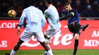 Striker Inter Milan, Mauro Icardi, melepaskan tendangan ke gawang Lazio pada laga Serie A, Italia di Stadion Giuseppe Meazza, Milan, Sabtu (30/12/2017). Inter Milan ditahan imbang 0-0 oleh Lazio. (AFP/Marco Bertorello)