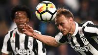 Proses terjadinya gol yang dicetak bek Juventus, Benedikt Howedes, ke gawang Sampdoria pada laga Serie A di Stadion Allianz, Turin, Minggu (15/4/2018). Juventus menang 3-0 atas Sampdoria. (AFP/Marco Bertorello)