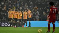 Pemain Wolverhampton Wanderers Raul Jimenez merayakan golnya ke gawang Liverpool bersama rekan-rekannya pada pertandingan Liga Inggris di Molineux Stadium, Wolverhampton, Inggris, Kamis (23/1/2020). Liverpool menang 2-1. (AP Photo/Rui Vieira)