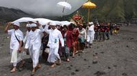 Perayaan Hari Raya Yadnya Kasada (Kasodo) yang biasa dilakukan Suku Tengger di kawah Gunung Bromo sukses mendatangkan ribuan wisatawan.