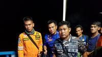 Tim Polairud Polda Sumsel dan Basarnas Sumsel mengevakuasi korban yang meninggal dunia (Liputan6.com / ist - Nefri Inge)