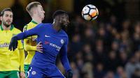 Pemain Chelsea Tiemoue Bakayoko berebut bola dengan pemain Norwich City James Maddison pada laga ulangan babak ketiga Piala FA di Stadion Stamford Bridge, Rabu (17/1). Chelsea melaju ke babak keempat Piala FA lewat kemenangan dramatis. (AP/Alastair Grant)