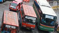 Angkutan Metromini menunggu penumpang di Terminal Blok M, Jakarta, Jumat (12/4). Sebanyak 312 bus sedang yang akan bekerja sama dengan Jak Lingko didapat dari empat operator yaitu Metromini, Kopaja, Kopami, dan Koantas Bima. (Liputan6.com/Immanuel Antonius)