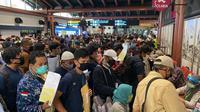 Ratusan penumpang pewasat memadati Bandara Soetta, Kamis subuh tadi. (Pramita/Liputan6.com)