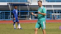 Pelatih Persib, Miljan Radovic, saat mendampingi sesi latihan. (Bola.com/Erwin Snaz)